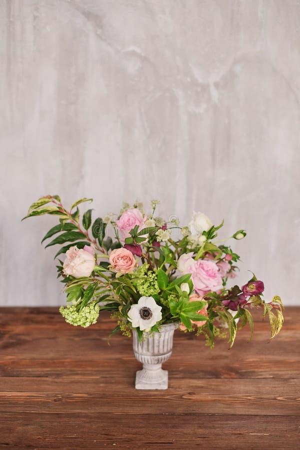El ramo nupcial del otoño de flores se coloca en una tabla de madera marrón fotos de archivo libres de regalías