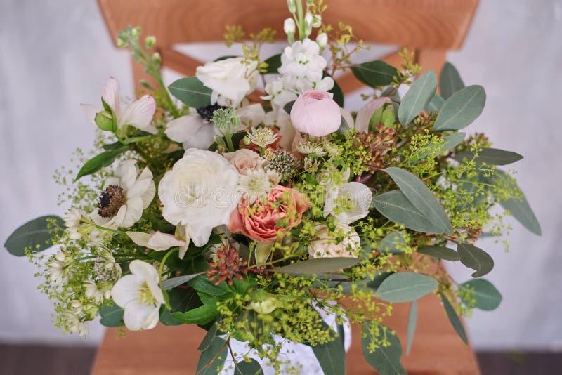 El ramo nupcial del otoño de flores se coloca en una tabla de madera marrón imagenes de archivo