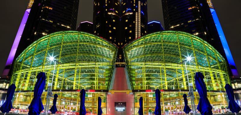 El rascacielos céntrico de la costa de Detroit en la noche duplicó imagen imagen de archivo