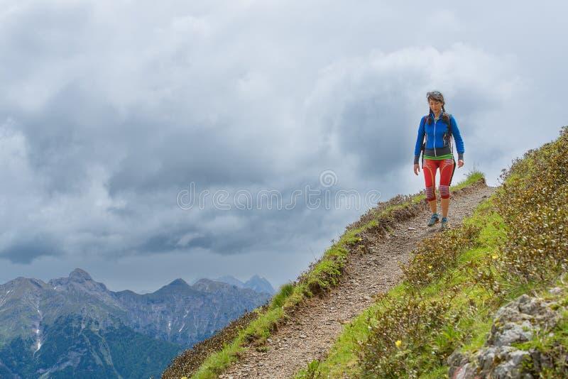 El rastro de montaña de la muchacha camina solamente imagen de archivo libre de regalías