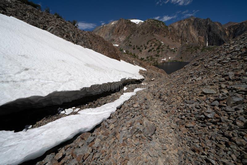 El rastro del lavabo de 20 lagos lleva al lago Helen Porciones de nieve cerca del rastro imágenes de archivo libres de regalías
