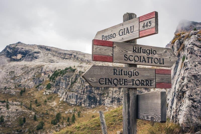 El rastro firma adentro a Cinque Torri en el ` Ampezzo, dolomías, AIE de la cortina D fotografía de archivo