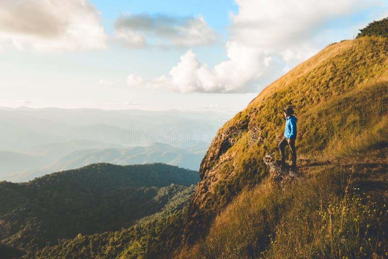 El rastro turístico que camina en el hombre del viajero del bosque se relaja y crossi fotografía de archivo libre de regalías