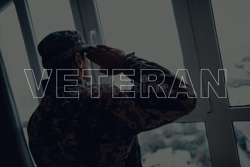 El rato que saluda del veterano mira hacia fuera la ventana fotos de archivo