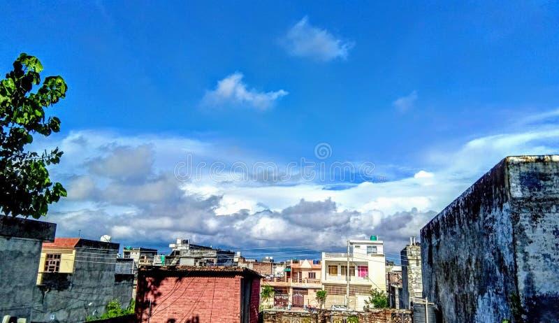El rayo de sol que cruza la nube sobre la ciudad de Chiangrai con la foto de los granos ha sido tomada aquí. Hermoso paisaje urba fotografía de archivo libre de regalías