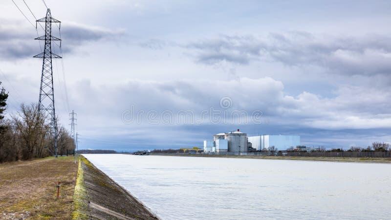 el reactor de agua a presión muy viejo en Fessenheim Francia en la frontera alemana foto de archivo libre de regalías