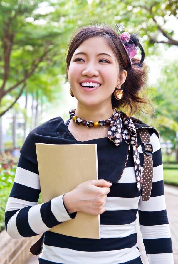 El recorrer asiático de la mujer imagen de archivo libre de regalías