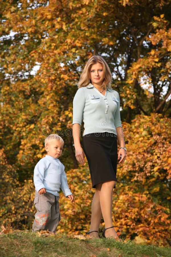 El recorrer de la mama y del hijo fotografía de archivo libre de regalías