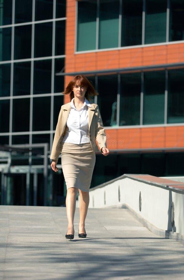 El recorrer de la mujer de negocios foto de archivo