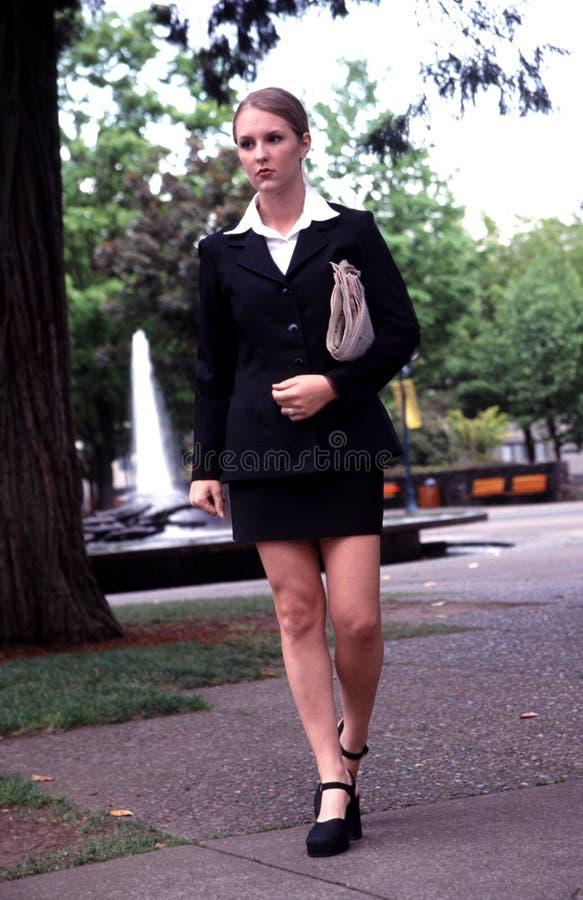 El recorrer de la mujer de negocios. fotos de archivo
