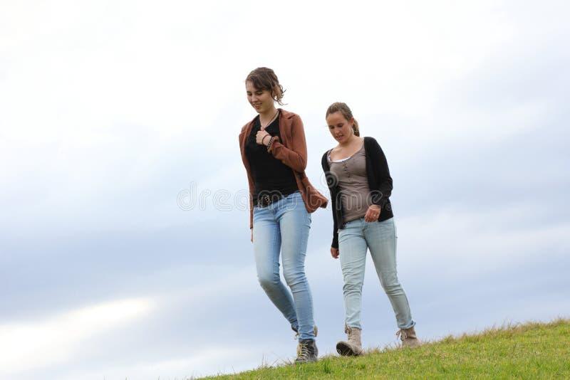 El recorrer de las muchachas fotografía de archivo