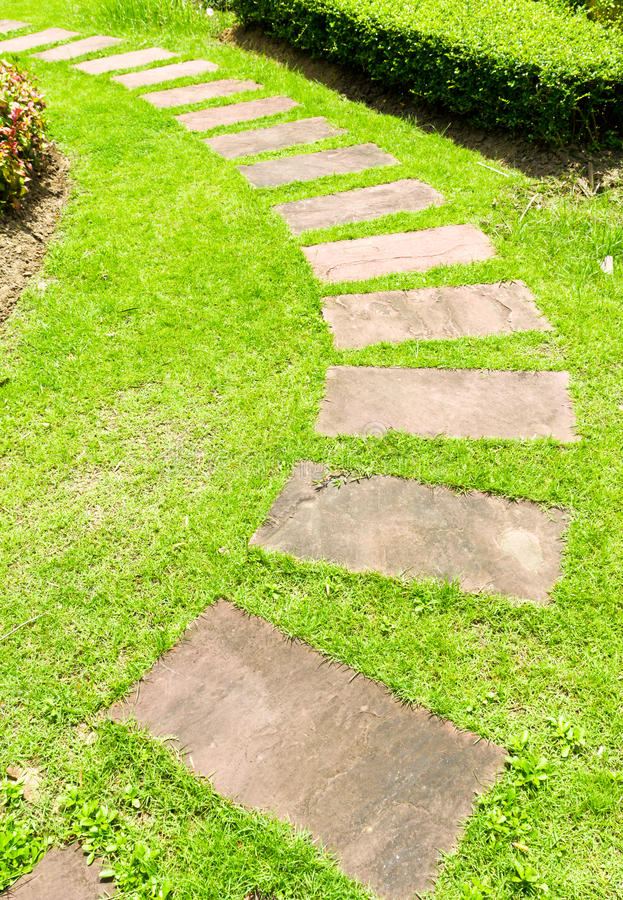 El recorrer de piedra en hierba verde imagen de archivo libre de regalías