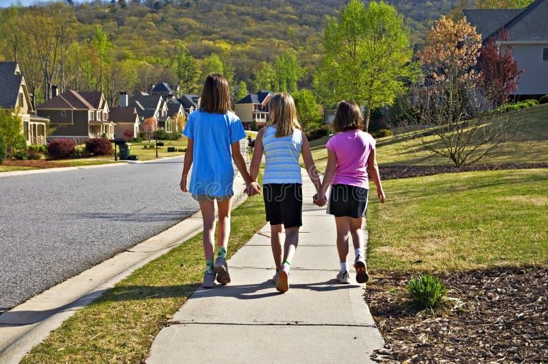 El recorrer de tres chicas jóvenes fotos de archivo libres de regalías