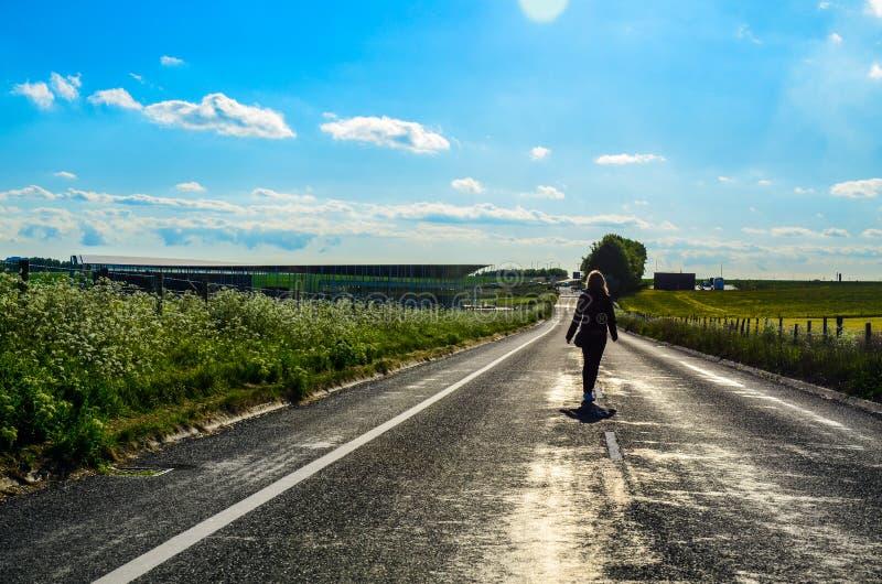 El recorrer en el camino rural fotografía de archivo libre de regalías