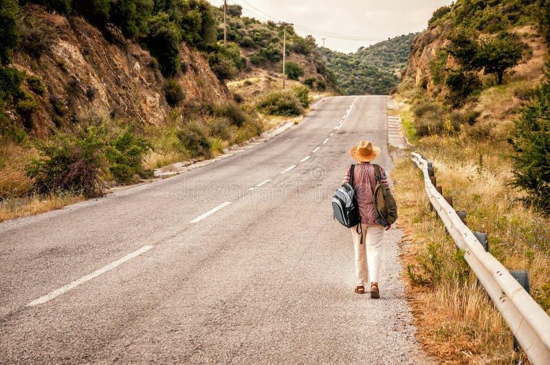 El recorrer en el camino rural fotos de archivo libres de regalías