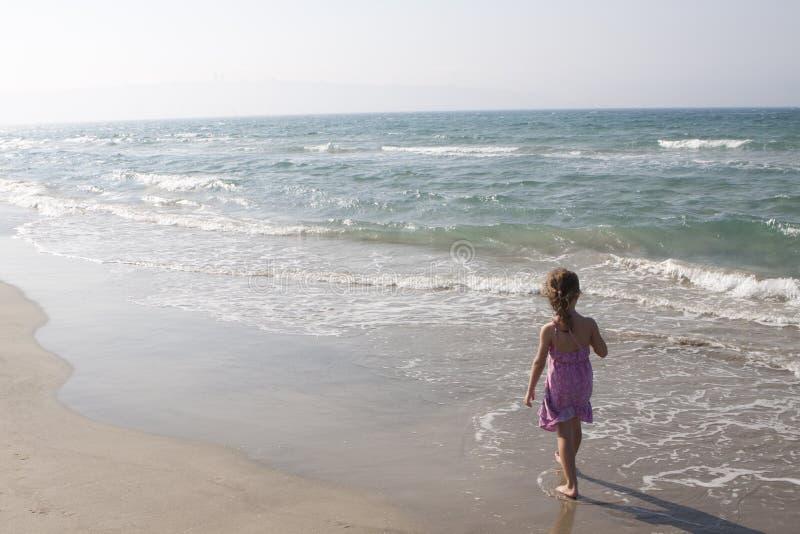 El recorrer en la playa fotos de archivo