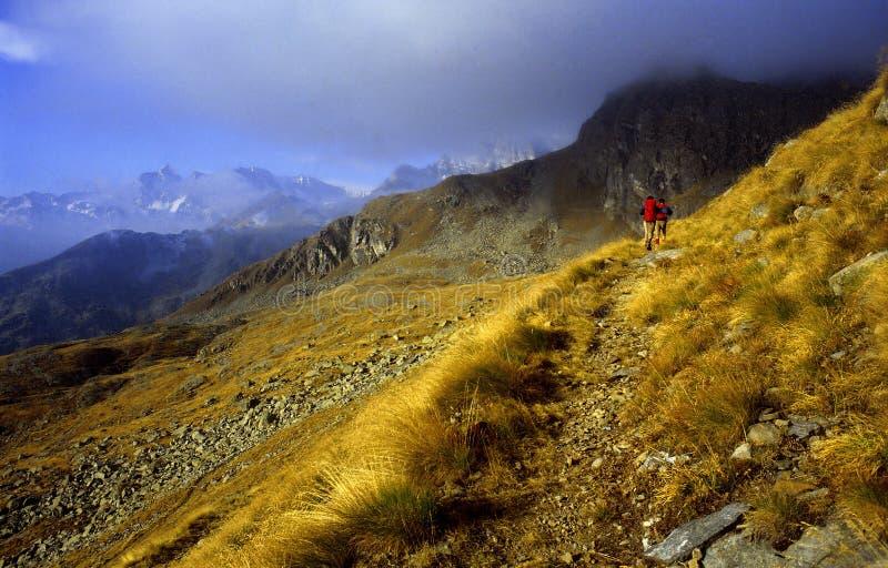 El recorrer en montañas imagen de archivo