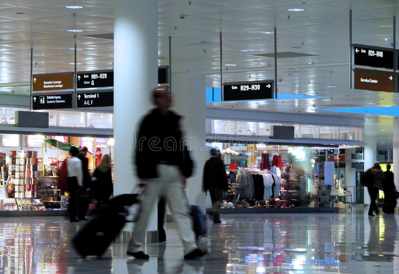 El recorrer en un aeropuerto imagen de archivo libre de regalías