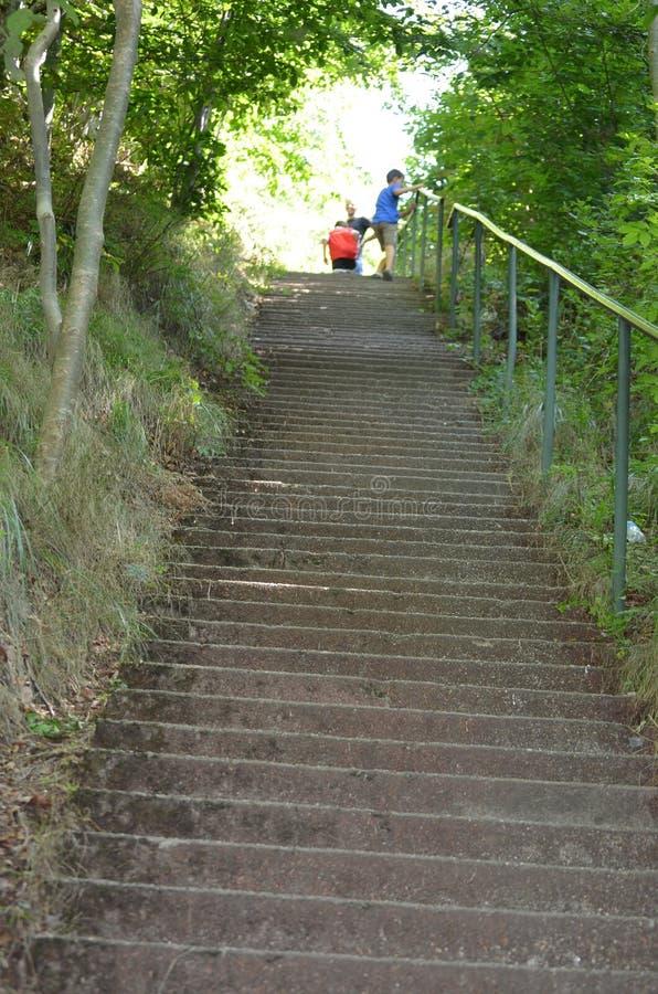 El recorrer encima de las escaleras foto de archivo libre de regalías