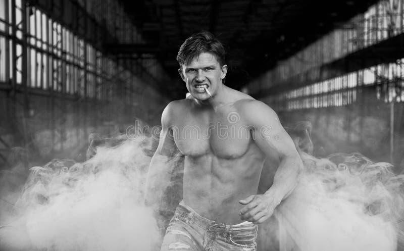 El recorrer muscular hermoso del hombre fotos de archivo
