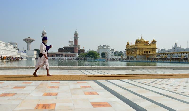 El recorrer sikh en el templo de oro, Amritsar foto de archivo