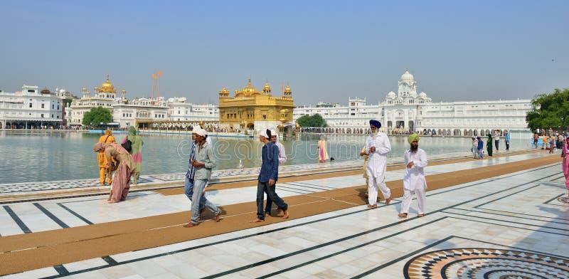 El recorrer sikh en el templo de oro, Amritsar foto de archivo libre de regalías