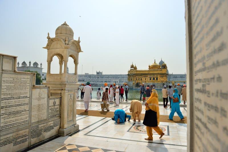 El recorrer sikh y rogación en el templo de oro, Amritsar imagen de archivo