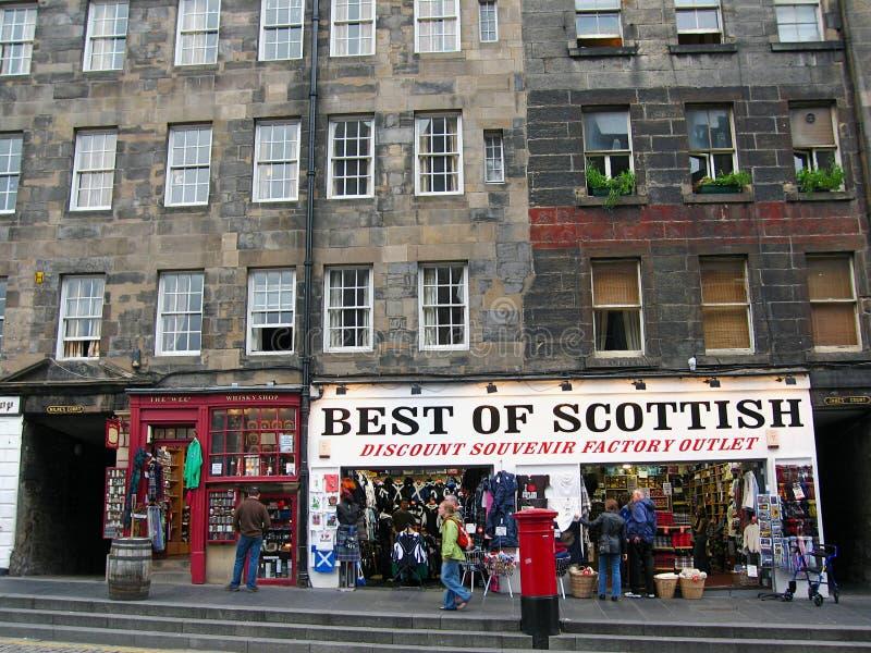 El recuerdo y el whisky escoceses hace compras en la milla real en Edimburgo, Escocia imagenes de archivo