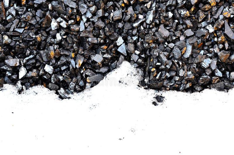El recurso gráfico consiste en el carbón y la nieve imagen de archivo libre de regalías