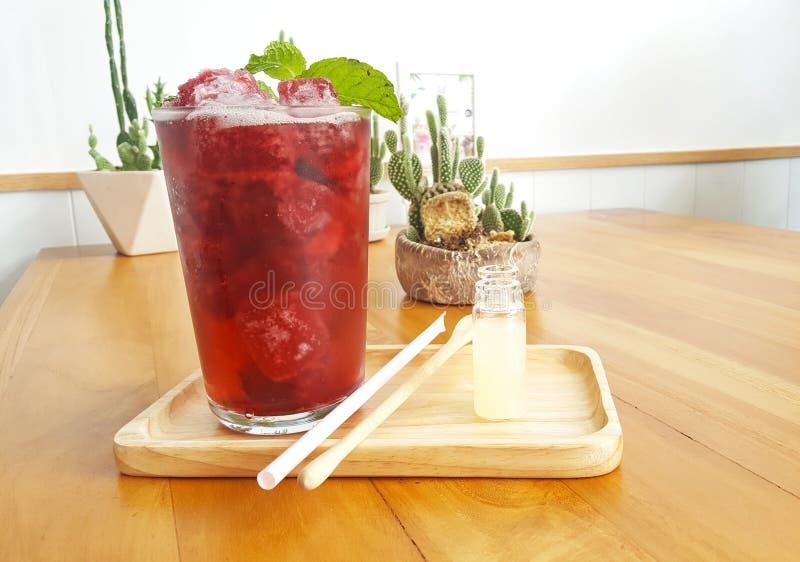 El refresco heló la bebida del roselle encendido wodden la placa con la hoja de la menta foto de archivo