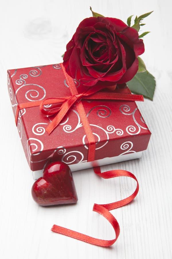 El regalo de la tarjeta del día de San Valentín con subió imagen de archivo libre de regalías