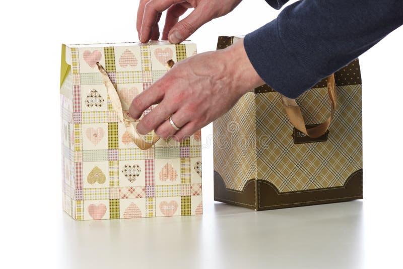 El regalo miente en el papel marrón brillante foto de archivo libre de regalías