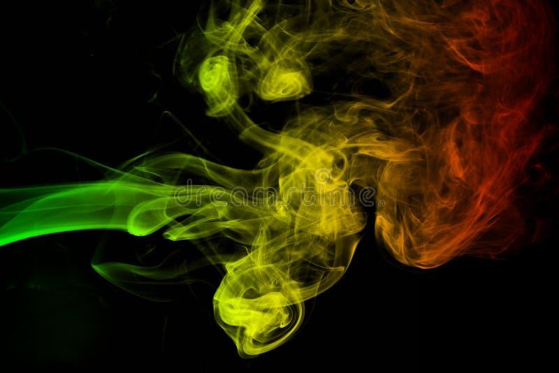el reggae de las curvas y de la onda del humo del fondo colorea verde, amarillo, rojo coloreado en la bandera de la música del re foto de archivo