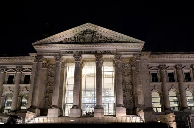 El Reichstag, Berlín, Alemania, iluminada en la noche fotografía de archivo