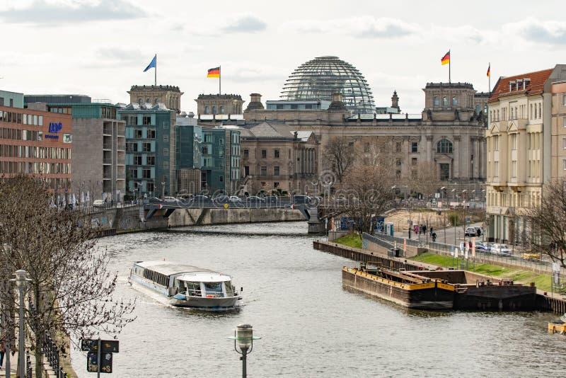 El Reichstag y la diversión imagenes de archivo