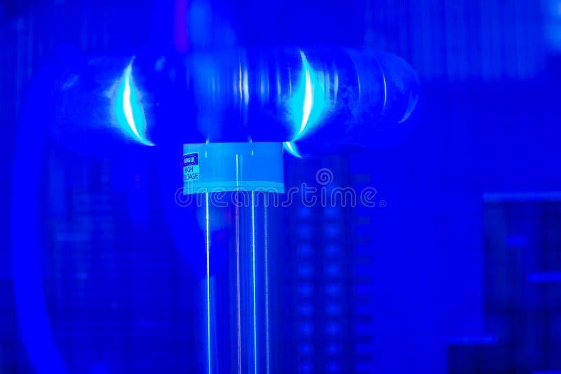 El relámpago de la bobina de Tesla muestra, un resonante eléctrico transforma foto de archivo