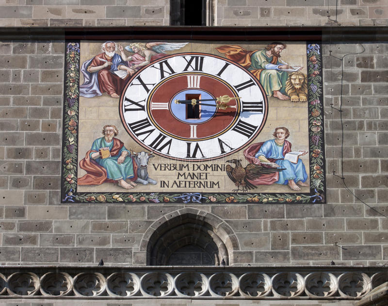 El reloj de la iglesia negra en Brasov fotografía de archivo libre de regalías