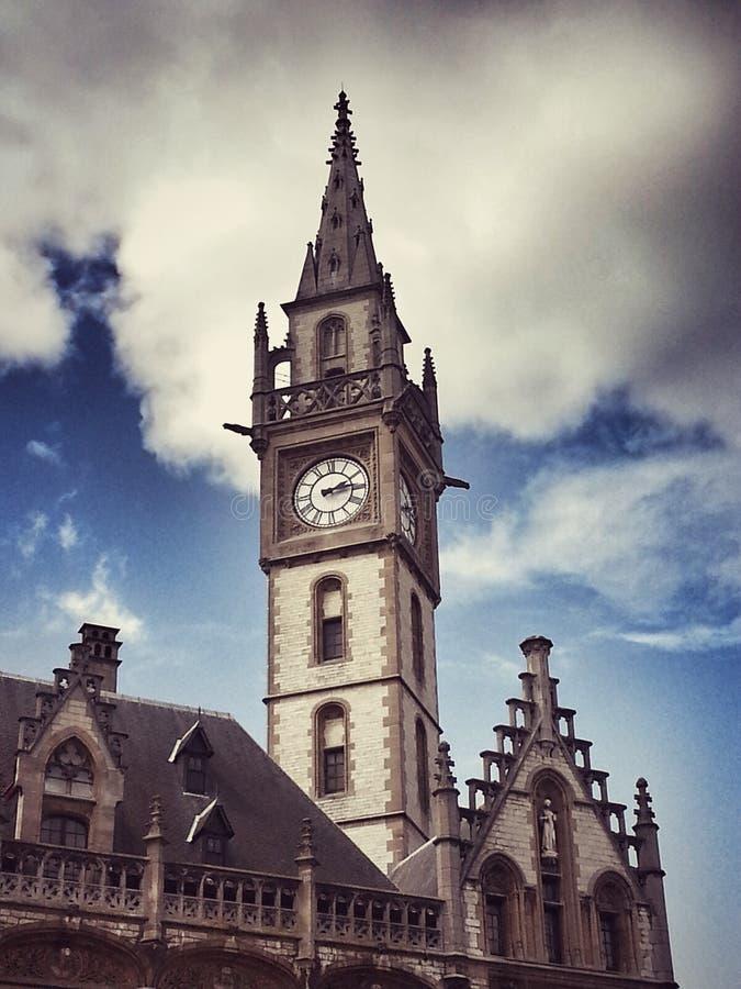 El reloj de la torre Iglesia en Gante bélgica imágenes de archivo libres de regalías