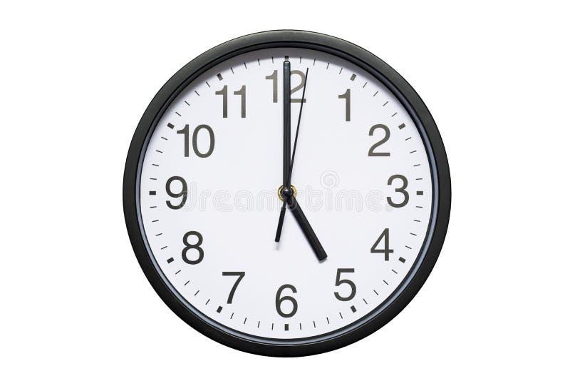 El reloj de pared muestra a tiempo las 5 en el fondo aislado blanco Reloj de pared redondo - vista delantera Las diecisiete imagenes de archivo