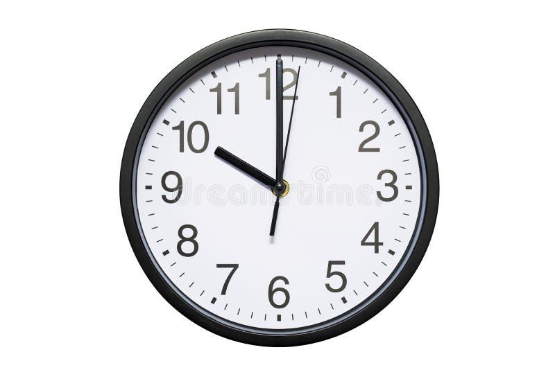 El reloj de pared muestra a tiempo las 10 en el fondo aislado blanco Reloj de pared redondo - vista delantera Las veintidós imagen de archivo