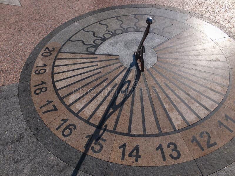 El reloj de sol del granito en Sevastopol muestra 15 horas Verano DA soleada fotos de archivo libres de regalías