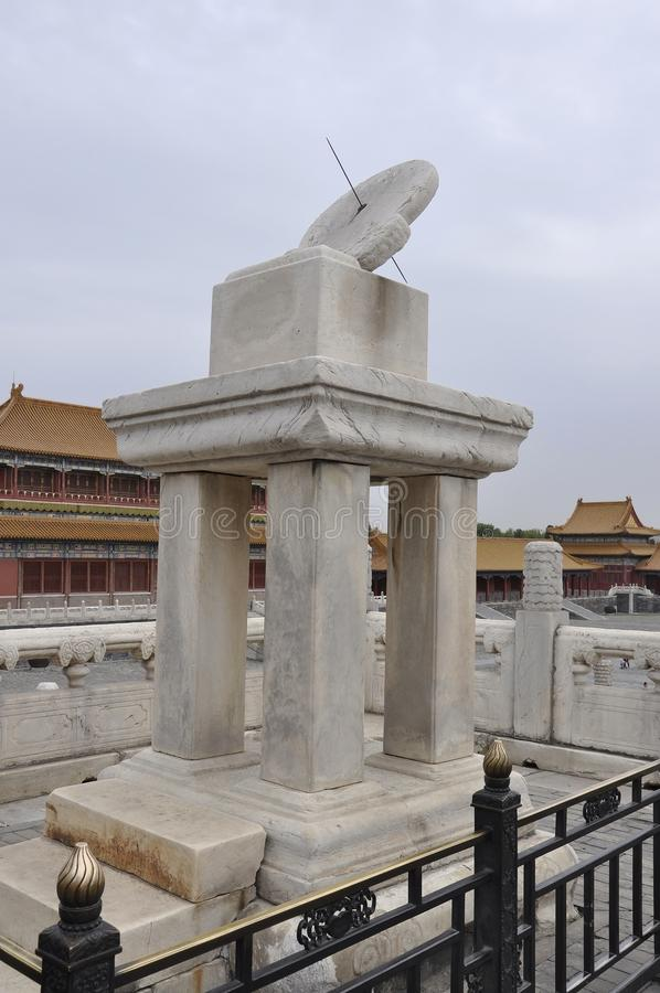 El reloj del reloj de sol en la terraza imperial del palacio en la ciudad Prohibida de Pekín foto de archivo libre de regalías