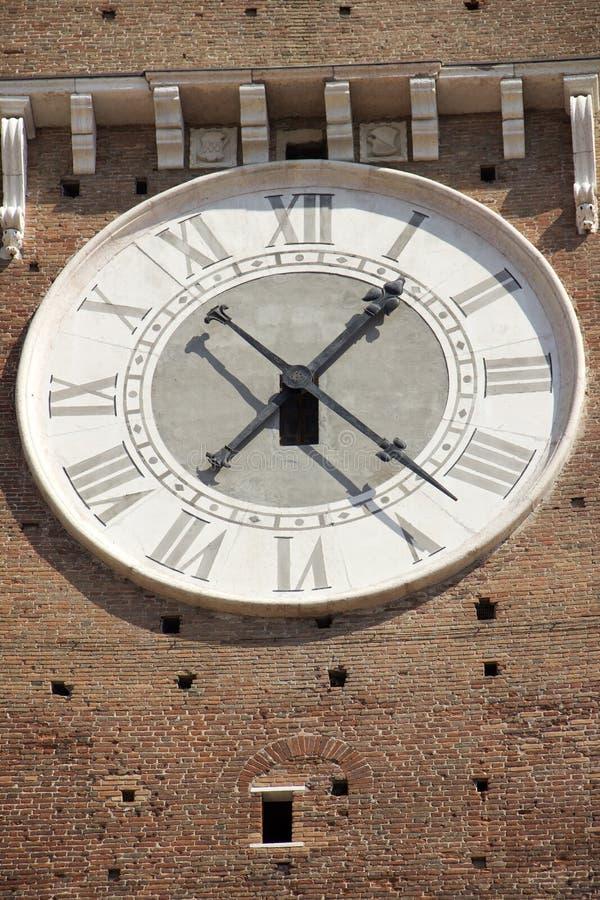 El reloj en la fachada del campanario en Verona fotografía de archivo