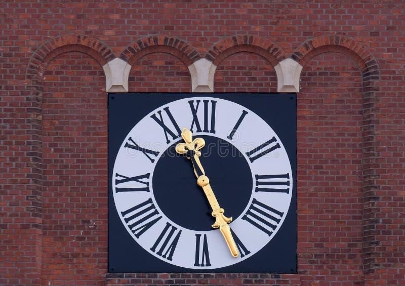 El reloj en la torre de la iglesia franciscana en Maribor, Eslovenia foto de archivo