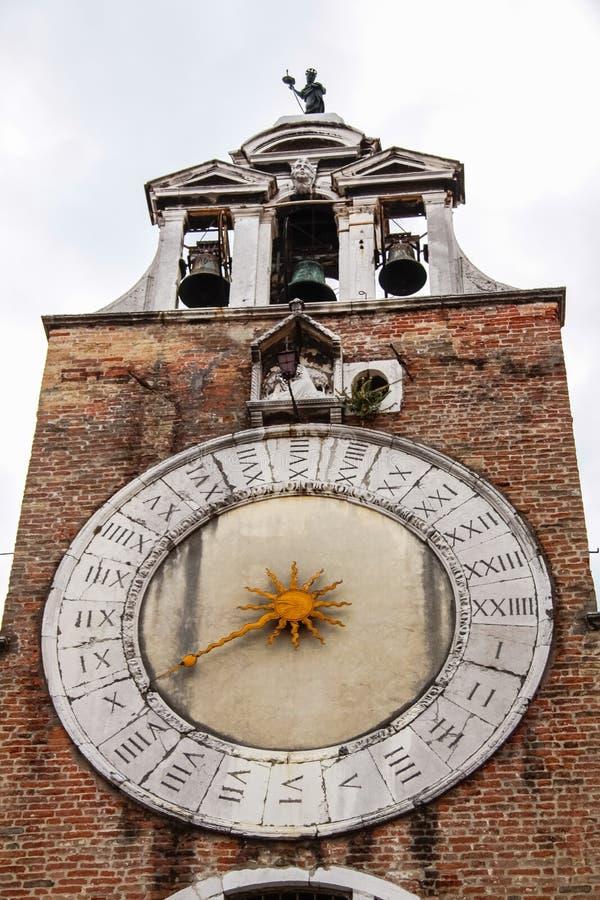 El reloj en la torre del castillo imágenes de archivo libres de regalías
