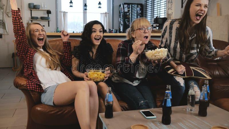 El reloj hermoso TV de las novias, celebra éxito Las muchachas bastante emocionales de los jóvenes ríen la cámara lenta de observ foto de archivo