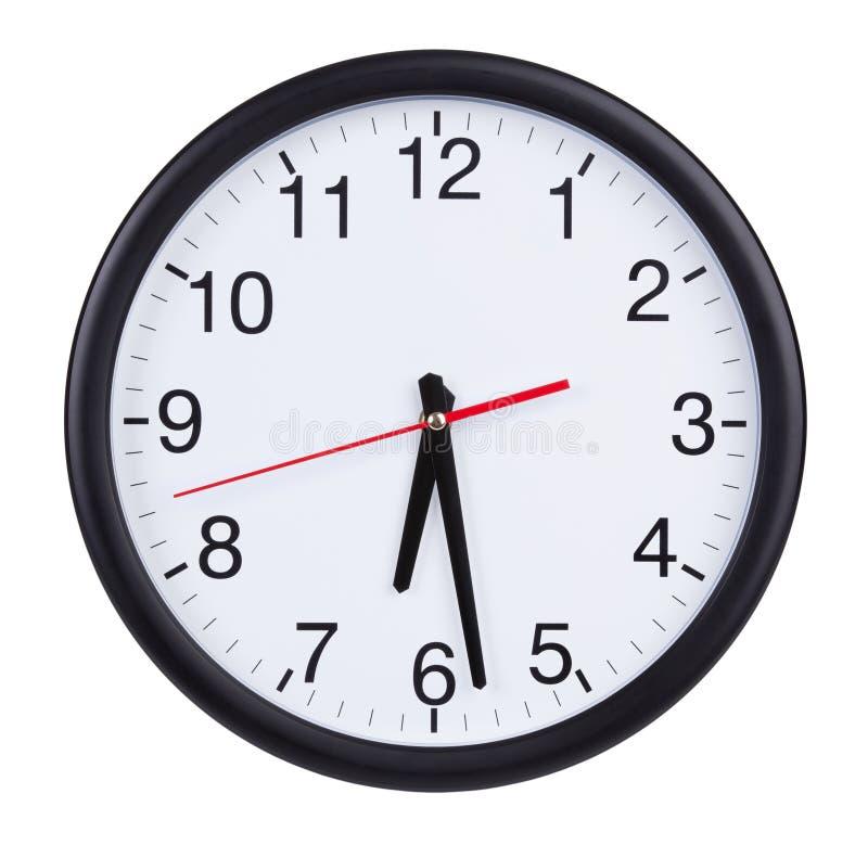 El reloj redondo muestra la mitad del séptimo imagen de archivo