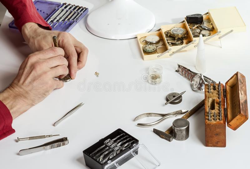 El relojero está reparando el reloj mecánico Herramientas para reparar los relojes mecánicos fotos de archivo libres de regalías