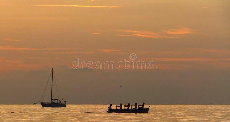 El remar en la puesta del sol fotos de archivo libres de regalías