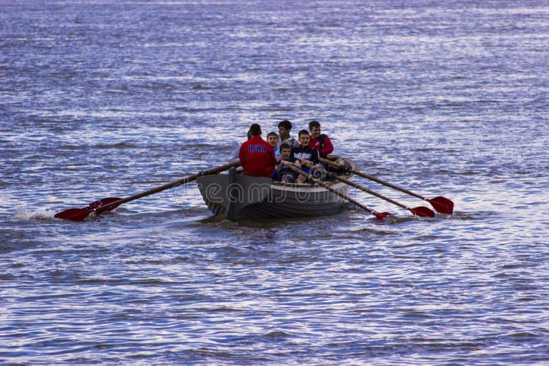 El remar por el barco foto de archivo libre de regalías
